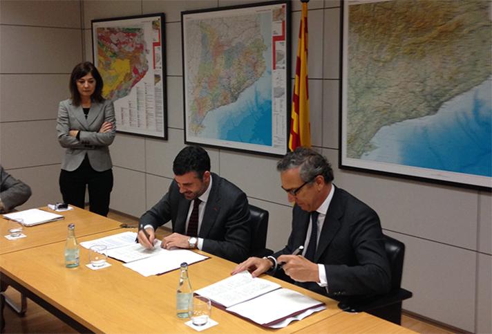 Una imagen del momento de la firma entre ambas entidades