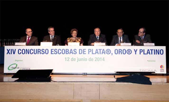 Un momento del acto de entrega de las Escobas de Plata, Oro y Platino