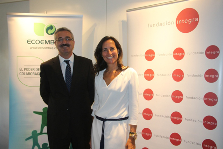 En la foto, Francisco Ariza, Director de RSC y Organización y Sistemas de Ecoembes; y Ana Muñoz de Dios, Directora General de Fundación Integra