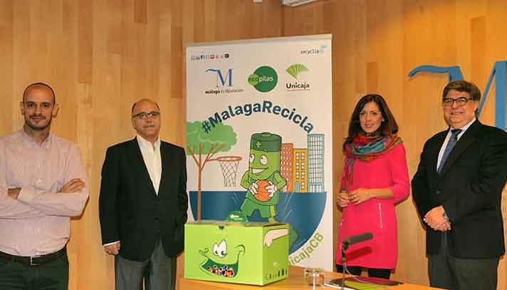 Marina Bravo (Diputada de Medioambiente de la Diputación de Málaga), José Pérez (Presidente Ecopilas) y Eduardo García (Presidente de Unicaja) junto al ex jugador Carlos Jiménez