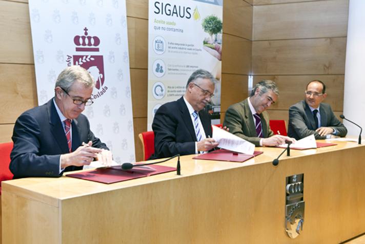 En la firma del acuerdo estuvieron presentes Raúl López Vaquero, alcalde de Coslada, y Buenaventura González del Campo, presidente de Sigaus