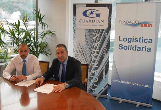 Javier García, Gerente de Planta de Guardian Llodio, firmando el acuerdo con Fernando Murillo de Fundación Seur