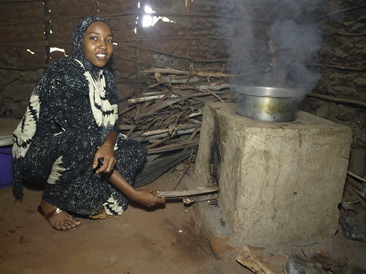 """El programa Toshiba Carbon Zero ha eliminado 4.589 de las denominadas """"cocinas asesinas"""" en África y rehabilita 2.290 pozos de agua potable en Uganda"""