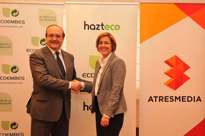 El director de Comunicación Corporativa y Marketing de Ecoembes, Antonio Barrón, y la directora general Corporativa de Atresmedia, Patricia Pérez, en la firma del acuerdo