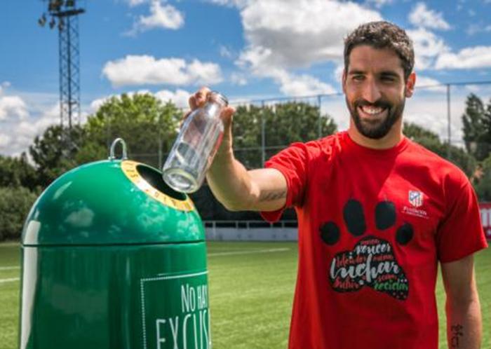 El Atlético de Madrid, con Raúl García a la cabeza, se suma al Día Mundial del Reciclaje