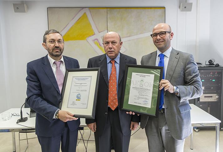 Momento de la entrega del certificado AENOR de la Huella de Carbono y certificado de inscripción en el Registro Nacional de Huella de Carbono del Ministerio de Medio Ambiente