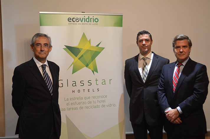 De izq. a dcha: Fernando Fraile, Presidente FEHT; Jorge Lorenzo Peña, Gerente Ecovidrio en Canarias y Borja Martiarena, Director de Marketing de Ecovidrio