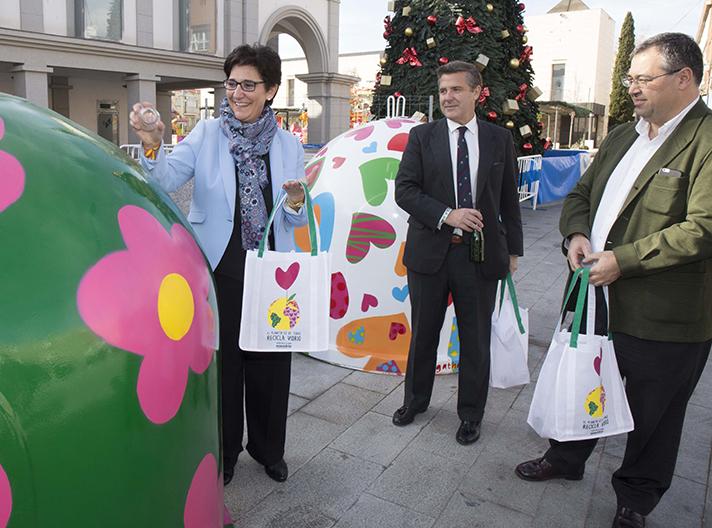 Una imagen de la presentación con la Alcaldesa de Pozuelo de Alarcón, Susana Pérez, y directivos de Ecovidrio