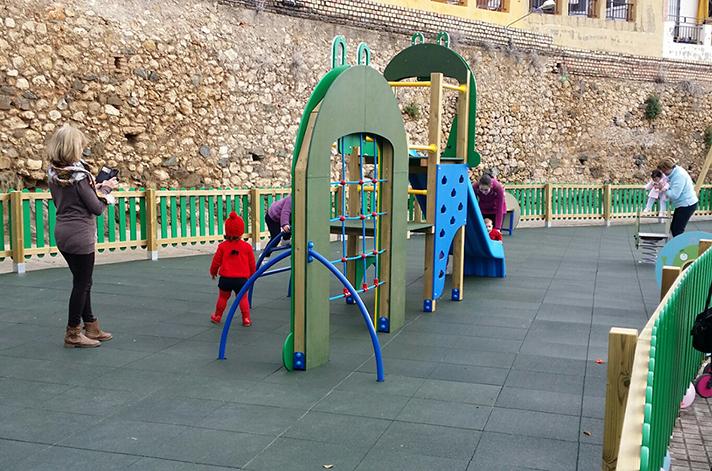 Los niños de Peñaflor ya disfrutan del parque Mr. Iglú
