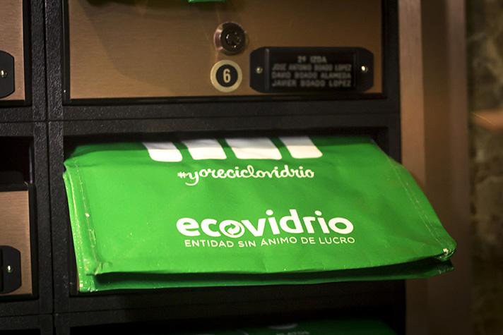 El Ayuntamiento de Madrid y Ecovidrio despliegan una acción de buzoneo de bolsas de reciclaje y material informativo para facilitar la tarea de la separación del vidrio a los ciudadanos