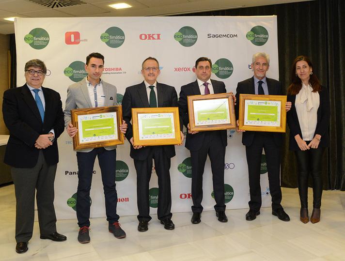 Los premiados, acompañados por José Pérez, director general de Ecofimática (izda.), y María Encarnación Molina, directora general de Calidad y Evaluación Ambiental (dcha.)