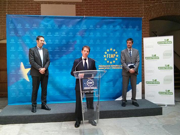 De izquierda a derecha, Alfonso Villares, presidente de la Comisión de Medio Ambiente de la FEMP; Óscar Martín, CEO de Ecoembes, y Juan Ávila, Secretario General de la FEMP