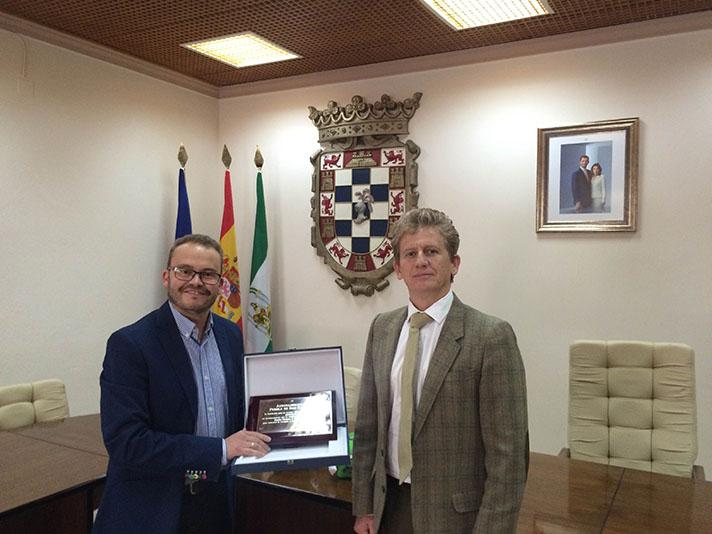 Momento de la entrega de una placa al alcalde de la localidad, Mariano García Castillo, por parte de Gonzalo Torralbo, secretario general de Recyclia