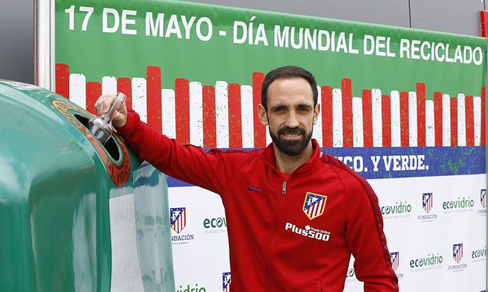 El lateral atlético Juanfran Torres apoya el reciclado de vidrio