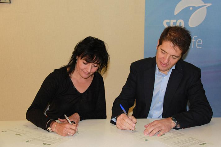 Óscar Martín, consejero delegado de Ecoembes, y Asunción Ruiz, directora ejecutiva de SEO/Birdlife, durante la firma del acuerdo