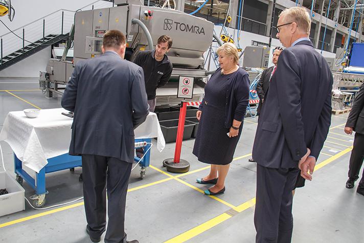 """La primera ministra noruega, Erna Solberg, dijo estar """"muy impresionada"""" después de una visita por las instalaciones de Tomra"""