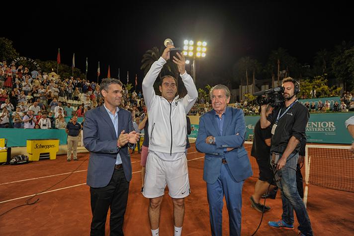 Albert Costa, con su trofeo de vidrio reciclado tras su victoria en el Senior Masters Cup
