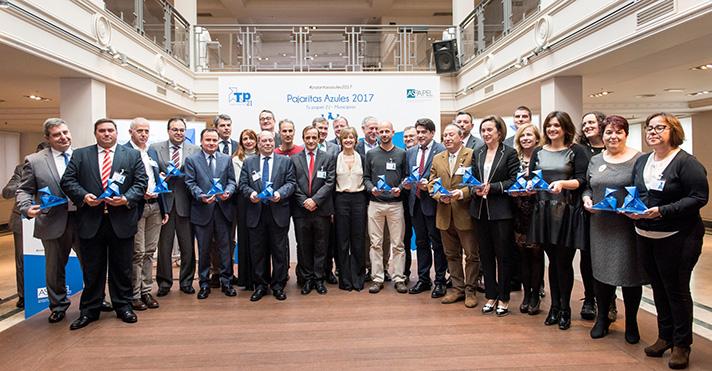 Todos los premiados junto con Isabel García Tejerina, ministra de Agricultura y Pesca, Alimentación y Medio Ambiente