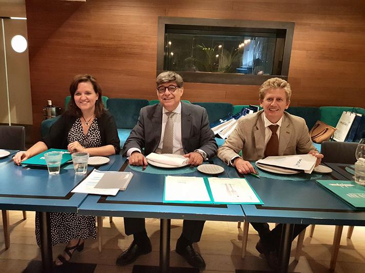De izquierda a derecha, María Jesús Veleiro, directora de planificación y desarrollo de Recyclia; José Pérez, consejero delegado; y Gonzalo Torralbo, secretario general de la plataforma medioambiental