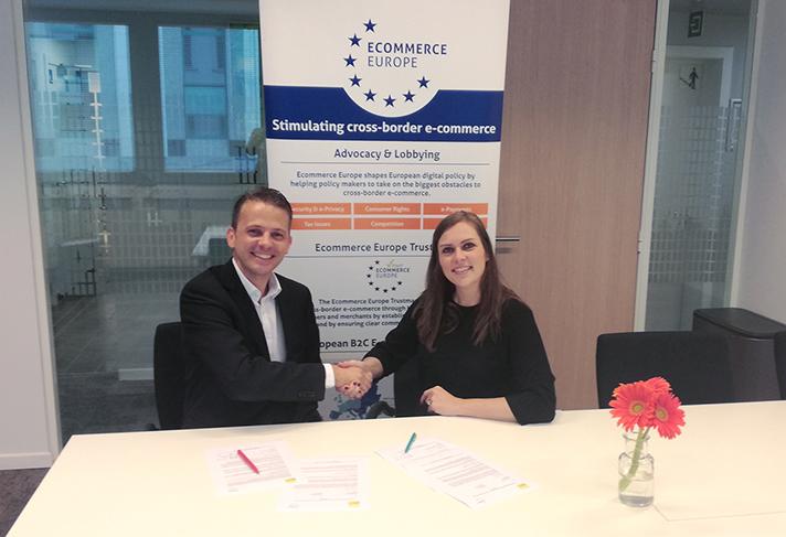 Christian Ludwig, CEO de WEEE Europe, y Marlene ten Ham, Secretaria General de Ecommerce Europe, durante el acto de firma del acuerdo