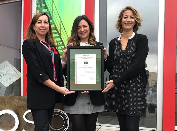 La directora de AENOR en Castilla y León, Inmaculada García Garrandés, ha entregado el certificado a Prosol