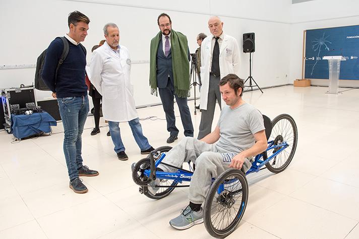 Óscar Pereiro, ex ciclista, junto a José Luis Magro, integrante del departamento de Marketing de Ecovidrio, durante el acto de entrega del 'handbike'