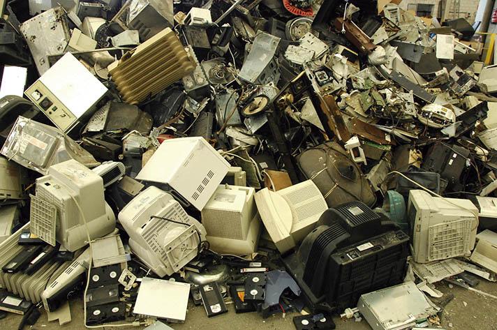 Desde que un Aparato Eléctrico y Electrónico (AEE) es fabricado hasta que se convierte en residuo y tiene que ser gestionado por los canales adecuados, son muchos y diversos los agentes implicados