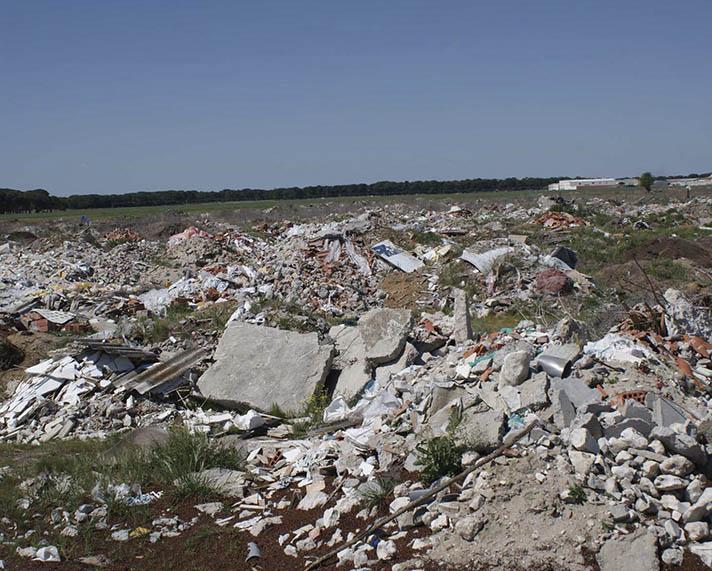 El vertido ilegal de desechos ha sido durante años una grave preocupación ambiental de la mayoría de los países del mundo