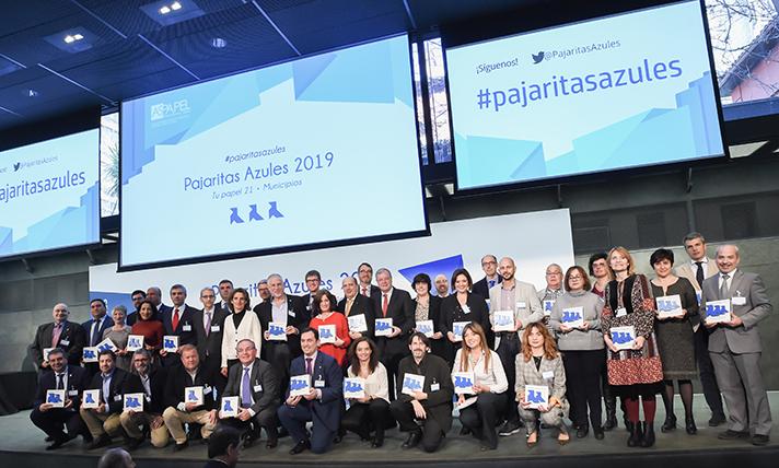 Todos los premiados junto con Teresa Ribera, ministra para la Transición Ecológica, y Jordi Mercader, presidente de ASPAPEL