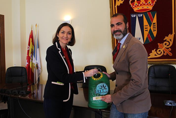 La ministra de Industria, Comercio y Turismo, Reyes Maroto, ha asistido a la presentación de una campaña de reciclaje de envases de vidrio en el sector hostelero de El Boalo