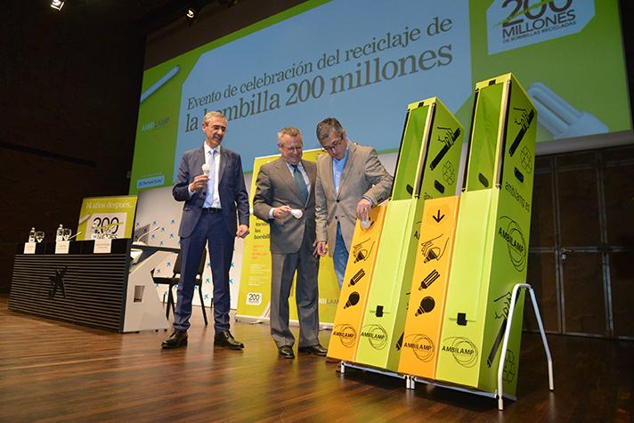 Hugo Morán, Secretario de Estado de Medio Ambiente, recicla la bombilla 200 millones para Ambilamp