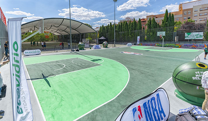 El Ayuntamiento de Madrid, Ecovidrio y la NBA inauguran la primera pista de baloncesto reformada con vidrio reciclado por los madrileños