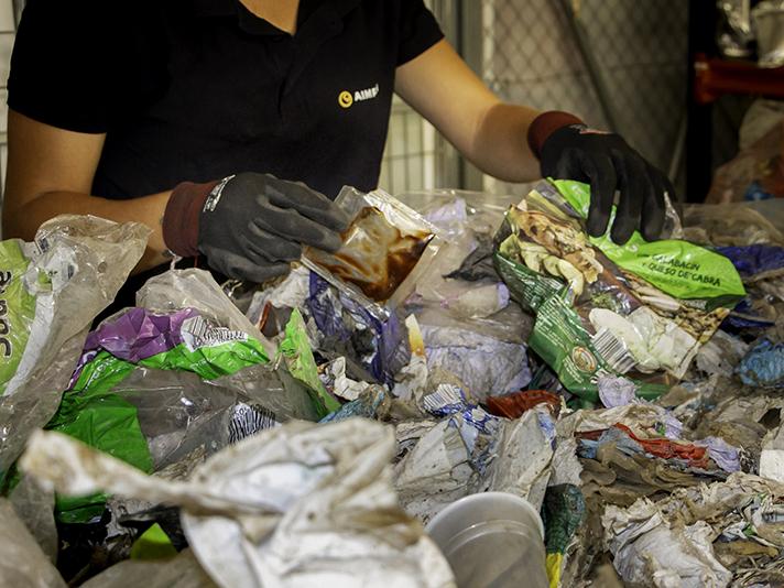 Empresas del sector plástico trabajan para mejorar el reciclado de los envases alimentarios multicapa para obtener poliamidas recicladas de alta calidad