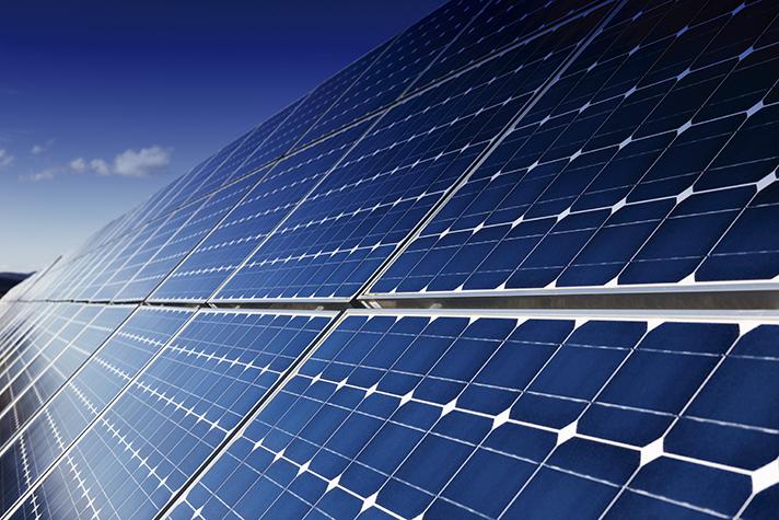 De todas las fuentes energéticas renovables a escala humana, la solar es claramente la única susceptible de uso generalizado en las ciudades