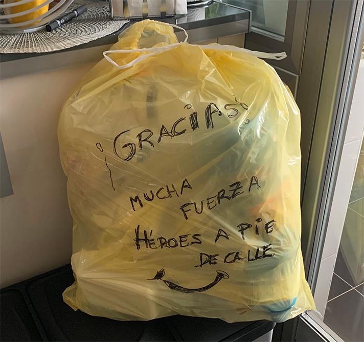 La organización ha animado a los ciudadanos de toda España a dibujar o escribir en su bolsa de basura un mensaje de apoyo