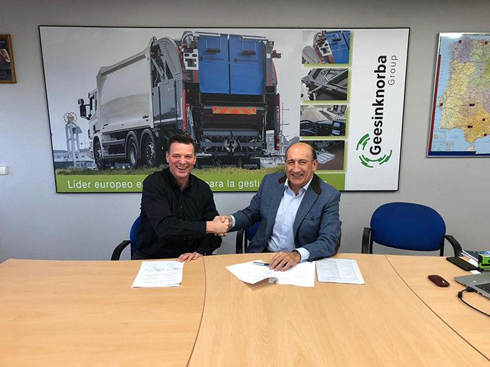 Thorsten Laß, director gerente de BROCK Kehrtechnik GmbH (izquierda) y José Antonio González, director gerente de Geesinknorba Spain SLU (derecha), en la firma del contrato