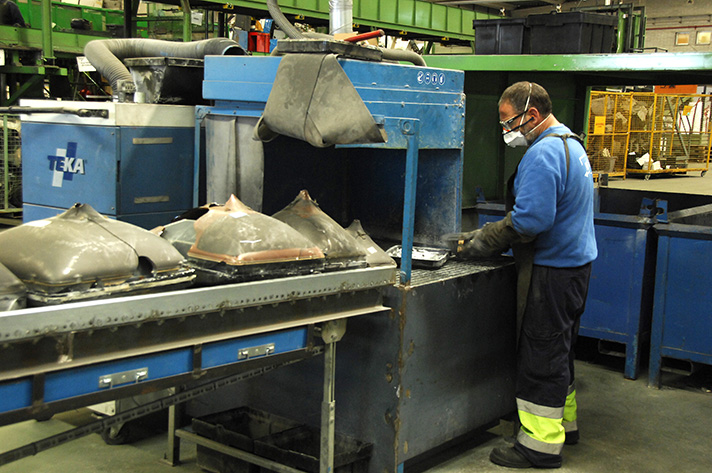 Operario en una planta de reciclaje de residuos electrónicos