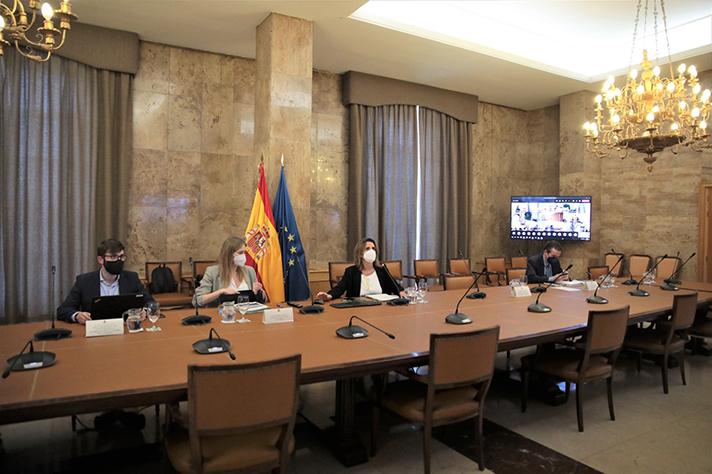 La vicepresidenta ha presentado un primer paquete de hasta 1.120 millones de euros destinados a instalaciones de autoconsumo (hasta 900 millones) y almacenamiento detrás del contador (hasta 220 millones)