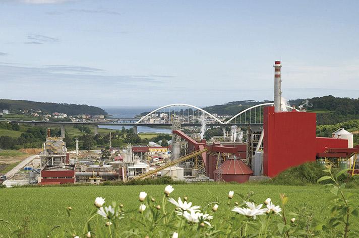El centro de operaciones de Navia (Asturias) es una de las dos fábricas con que cuenta la compañía y tiene una capacidad de producción de 520.000 toneladas de celulosa al año