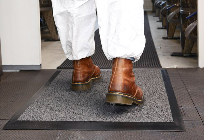 Para limpieza y desinfección de calzado en zonas de acceso de mayor longitud y/o gran afluencia, como por ejemplo pasillos de acceso, se comercializan por metros