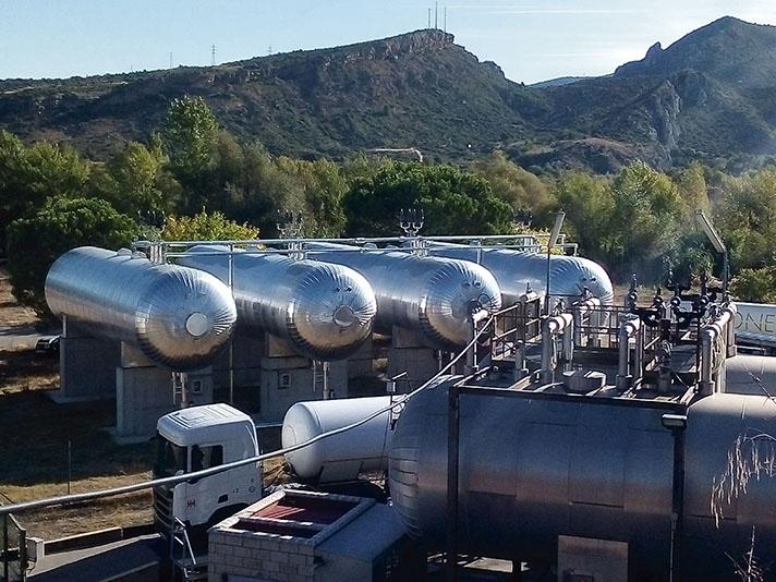 La compañía cuenta con tres plantas que producen electricidad a partir de biomasa forestal y residuos industriales y otras dos a partir de biogás procedente de residuos ganaderos